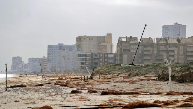 Continúan los trabajos para recuperar las playas afectadas por Gloria.