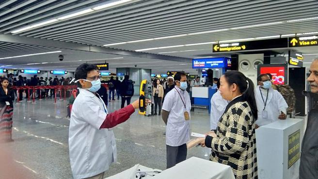Control de pasajeros procedentes de China en el Aeropuerto Internacional de Calcuta (India).