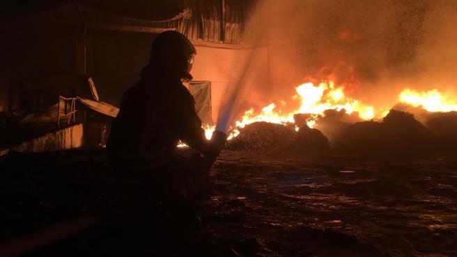 Incendio de una nave industrial en el polígono de Río Pozo, en Narón (A Coruña).