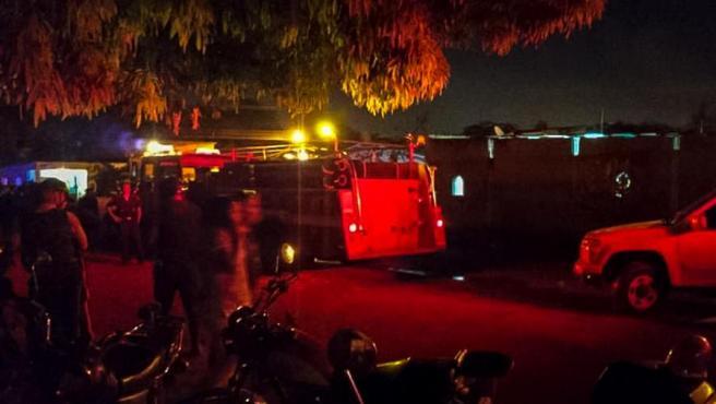 Ambulancias y vehículos de bomberos en la zona del poblado venezolano de Cagua donde al menos 10 personas murieron como consecuencia de un incendio.