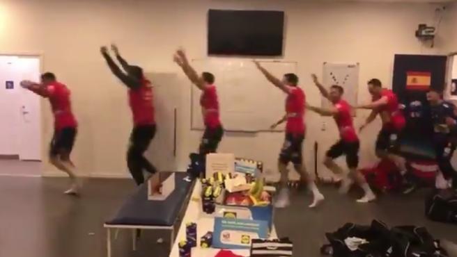 Un momento de la celebración de los Hispanos tras meterse en la final del Europeo.
