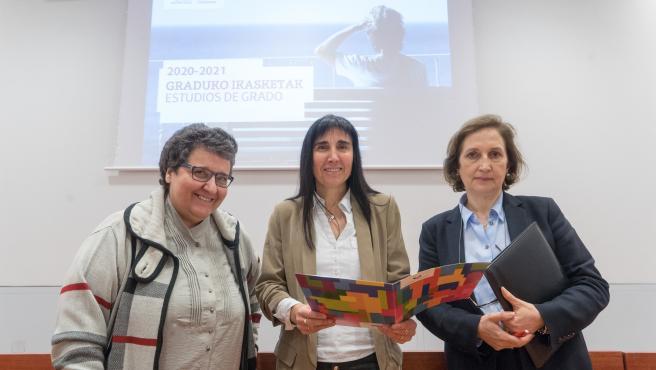La rectora de la UPV/EHU, Nekane Balluerka Lasa, y las vicerrectoras de Estudios de Grado y Posgrado, Araceli Garín, y de Estudiantes y Empleabilidad, Txelo Ruiz