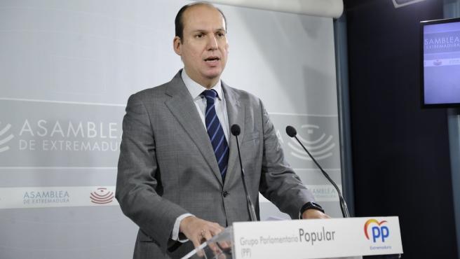 Luis Alfonso Hernández Carrón (PP) en rueda de prensa tras la aprobación de los PGEx 2020