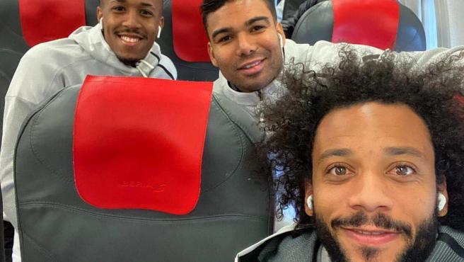 Militao, Casemiro y Marcelo, en el avión