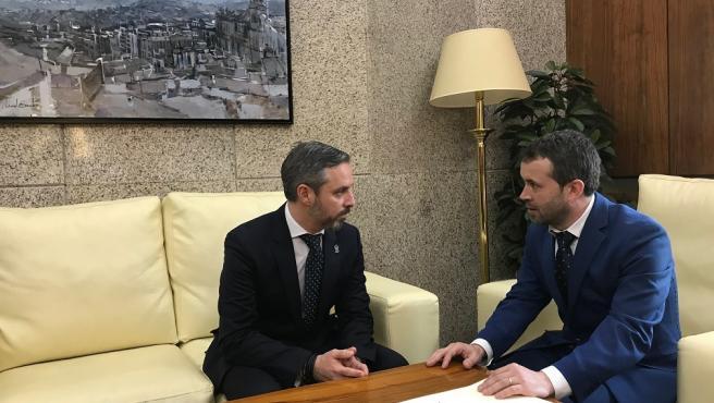 Reunión del alcalde de Jaén, Julio Millán, con el consejero de Hacienda, Industria y Energía, Juan Bravo