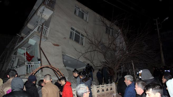 Imagen de un edificio destruido tras el terremoto de magnitud 6,5 en Turquía.