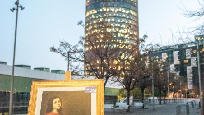 Una de las réplicas de cuadros colocadas en Barcelona el 24 de febrero de 2020, junto a la leyenda '+CulturaxBCN': 'La virgen niña en oración' de Francisco Zurbarán