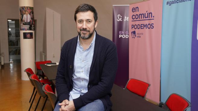 Antón Gómez-Reino Varela, secretario general Podemos Galicia, en la sede del partido en la plaza de la Quintana