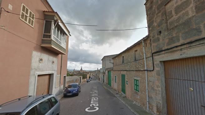 La casa donde tuvo lugar el incendio (izq.), en carrer Sant Josep, Vilafranca del Bonany, Mallorca.