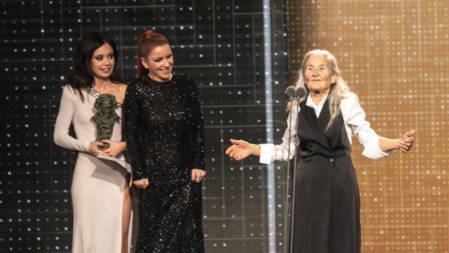 Las actrices Anna Castillo y Eva Llorach, entregan el premio a la mejor actriz revelación a Benedicta Sánchez por Lo que arde durante la XXXIV edición de los Premios Goya, en Málaga (Andalucía, España), a 25 de enero de 2020.