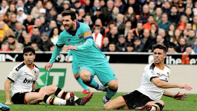 Messi es frenado por el valencianista Gabriel Paulista.