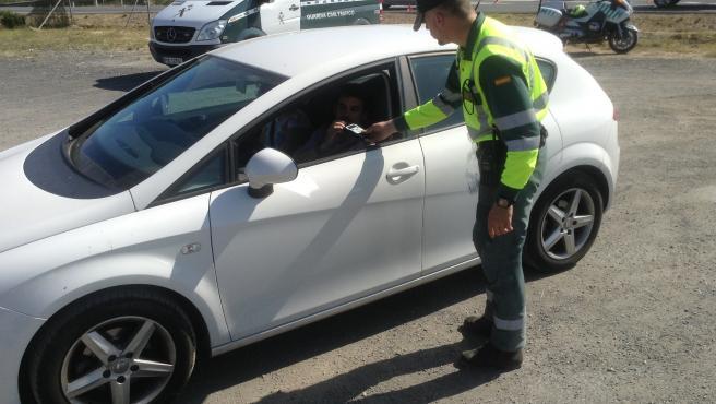 Un guardia civil llevando a cabo un control de alcholemia.