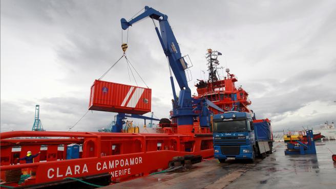 El buque Clara Campoamor, que ayuda en la búsqueda del pesquero Rúa Mar.