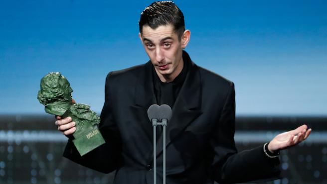 """Goya 2020: Enric Auquer dedica su premio """"a todos los antifascistas del mundo"""""""