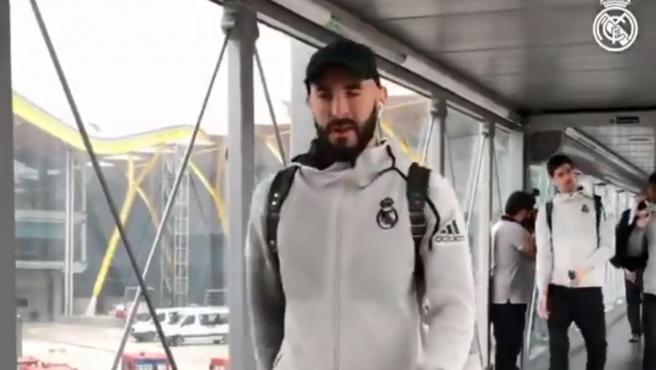 Benzema, en el 'finger' de camino al avión del Real Madrid.
