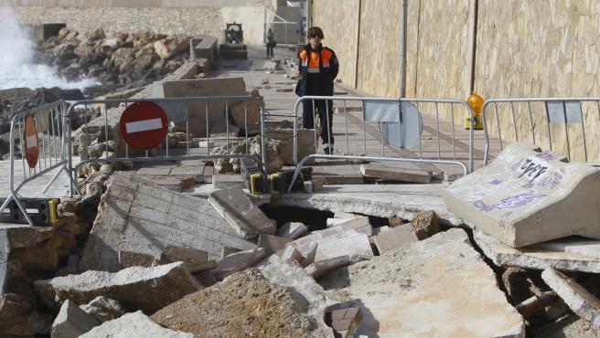 Una agente de Protección Civil junto a la zona afectada por la borrasca Gloria en Capdepera (Mallorca).