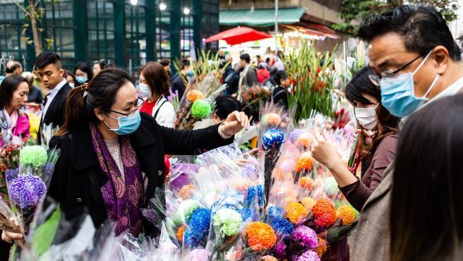Gente con mascarillas en Hong Kong.