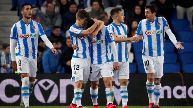 Jugadores de la Real Sociedad celebrando un gol