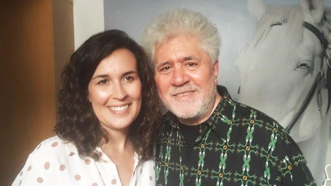 La alcaldesa de Calzada de Calatrava (Ciudad Real), Gema García Ríos, y Pedro Almodóvar