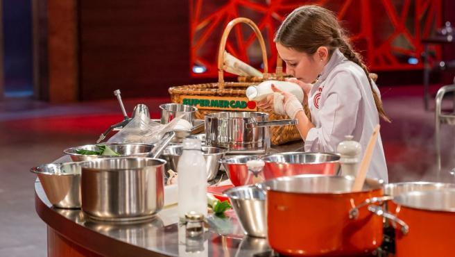Lu, ganadora de MasterChef Junior 7 cocinando en el programa.