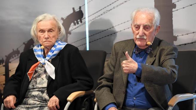 Alina Dabrowska y Leon Weintraub, antiguos prisioneros en Auschwitz-Birkenau, durante un acto en Oswiecim, Polonia, en el 75 aniversario de la liberación del campo de concentración y exterminio nazi.