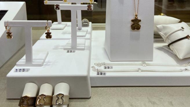 Anillos, colgantes, pendientes y pulseras de Tous en el interior de una de sus tiendas en Madrid.