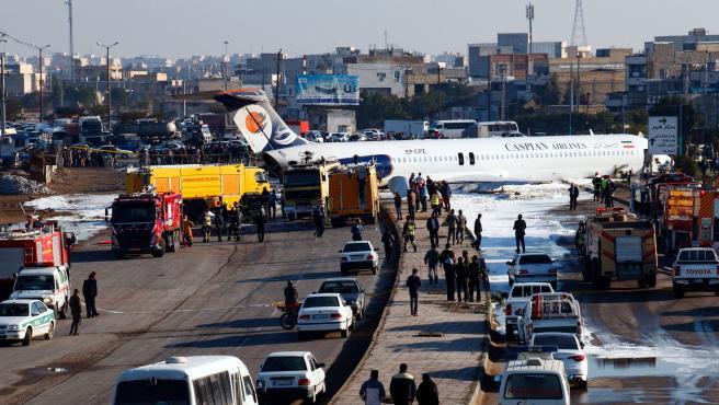 Imagen del avión iraní en el momento en que aterrizó en medio de una autopista.