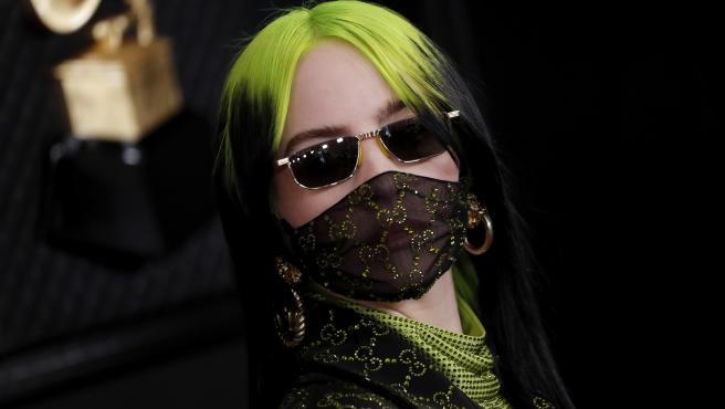 Billie Eilish llamó la atención por su nuevo color de pelo y parte de su rostro cubierto, a su llegada la 62ª edición de los Premios Grammy en Los Ángeles.