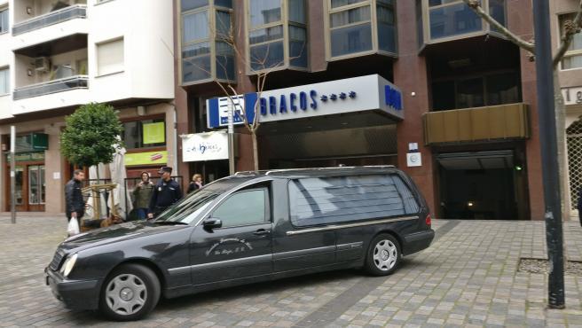 El coche de la funeraria sale con el cadáver de la niña de cinco años aparecida muerta en el hotel Los Bracos de Logroño