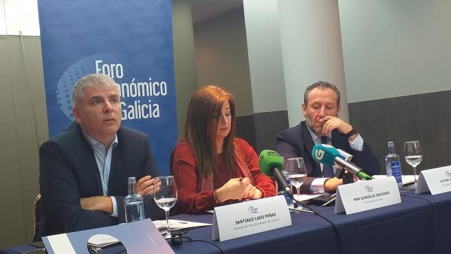 El director del Foro Económico de Galicia, Santiago Lago, junto a la investigadora de la UVigo, Mar Gonzále Savignat; y el presidente de la constructora Civis Global, Víctor del Canto, presentando un informe sobre infraestructuras.