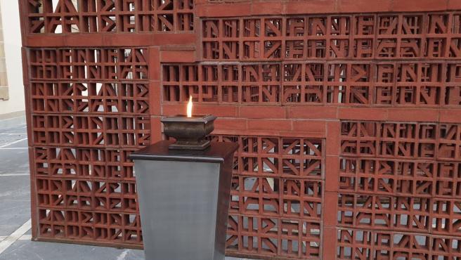 El Parlamento Vasco mantiene encendido este lunes un pebetero para recordar a las víctimas del Holocausto