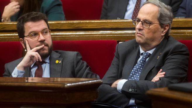 El vicepresidente Aragonés mira de reojo al presidente Torra en el pleno de este lunes en el Parlament.
