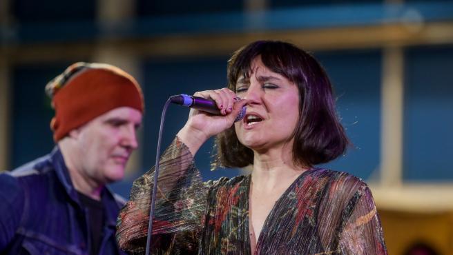 Juan Aguirre y Eva Amaral durante el concierto final de la COP25 en Agora, zona verde, en Madrid.