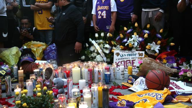 Vigilia por Kobe Bryant a las puertas del Staples Center.