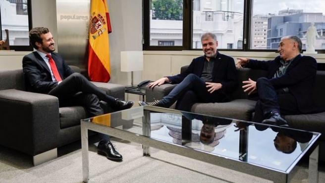 Pablo Casado junto a los cretarios generales de UGT, José María Álvarez, y CC OO, Unai Sordo.