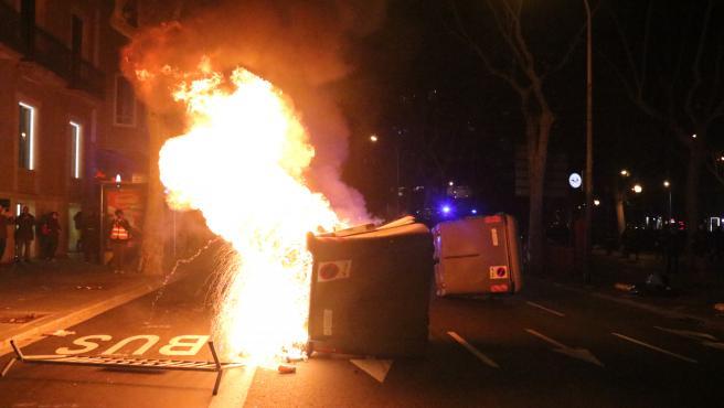 Un contenedor en llamas en la protesta contra la retirada del acta de diputado al president Quim Torra.
