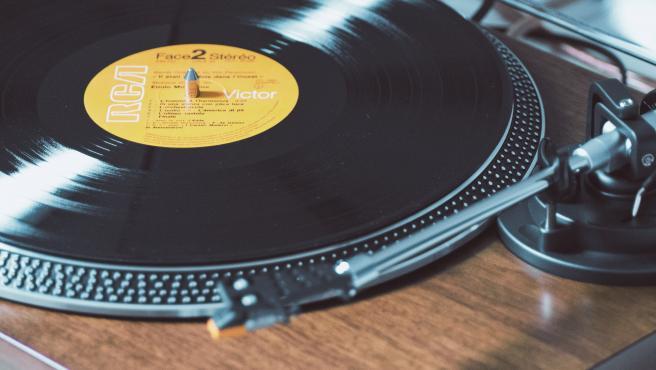 Por primera vez en décadas, en 2018 los formatos físicos generaron más ingresos que las descargas de música. La venta de vinilos crece un 8%y alcanza su cifra más alta desde 1988.