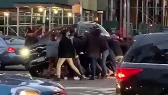 Un grupo de transeúntes, en Manhattan (Nueva York), se sumaron para, literalmente, levantar un SUV Mercedes, de grandes dimensiones, cuya conductora había atropellado a una mujer que quedó atrapada bajo el vehículo.