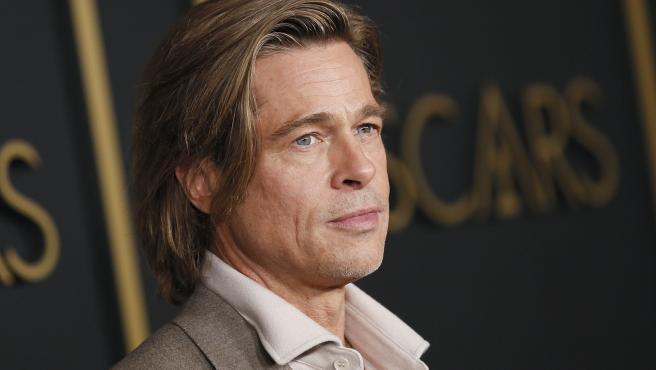 El actor estadounidense Brad Pitt posa para los fotógrafos, antes de la tradicional cena de los Oscar, que este año celebran su 92ª edición.