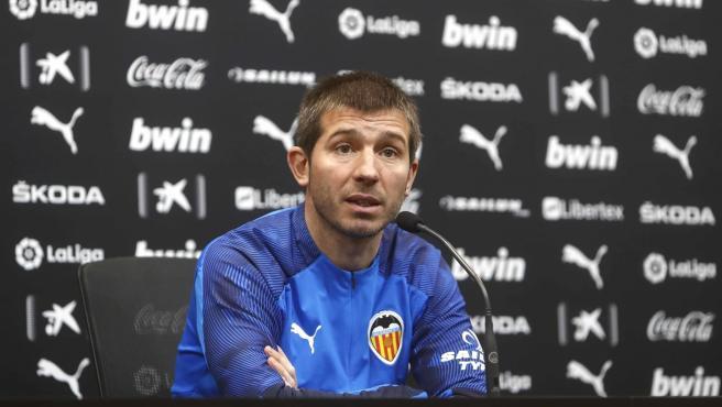 El entrenador del Valencia CF, Albert Celades, en rueda de prensa