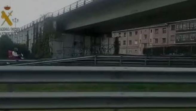 Fotograma del vídeo del hombre que circuló 7 kilómetros en sentido contrario por la A-64.