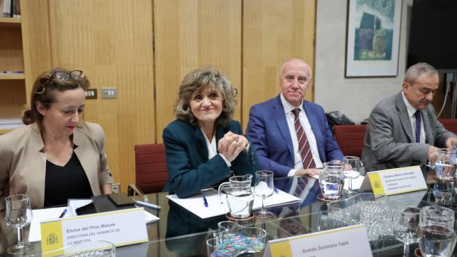 La ministra de Sanidad, Consumo y Bienestar Social en funciones, María Luisa Carcedo (3d), junto al Secretario General de Sanidad y Consumo, Faustino Blanco (2d).