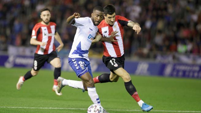 Moore y Berchiche luchan por un balón en el Tenerife - Athletic de Copa.