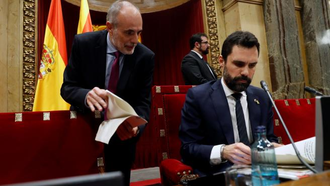 Roger Torrent, junto al letrado mayor de la cámara catalana, Joan Ridao.
