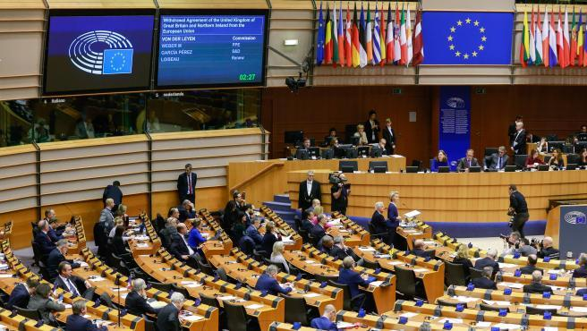 El Brexit es ya una realidad. El Parlamento europeo ha aprobado la salida del Reino Unido de la Unión por 621 votos a favor frente a 49 en contra. Nada más terminar la votación, los eurodiputados han cantado cogidos de la mano la canción tradicional escocesa 'Auld Lang Syne', un himno para despedir a los británicos.