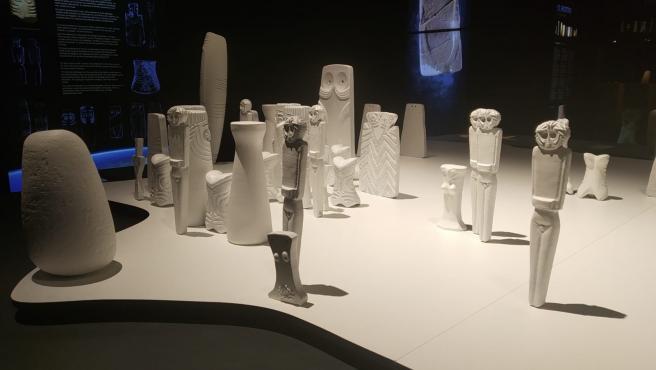 Algunas reproducciones de figuritas en la muestra Ídolos, en el MARQ.