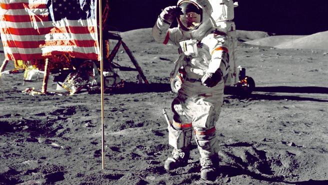 La imagen de la bandera de Estados Unidos es una de las más icónicas de la llegada del ser humano al satélite, pero no es la única. En la Luna hay hasta cuatro más que han sido dejadas allí por las siguientes misiones. Todas ellas resisten.