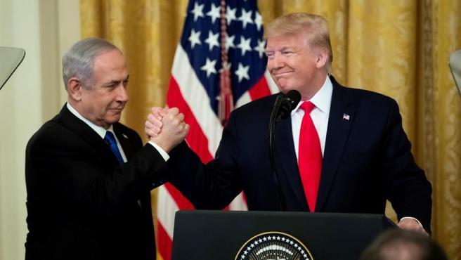 El presidente de EE UU, Donald Trump, y el primer ministro en funciones de Israel, Benjamin Netanyahu, tras presentar el plan de paz de EE UU para Israel y Palestina, en la Casa Blanca.