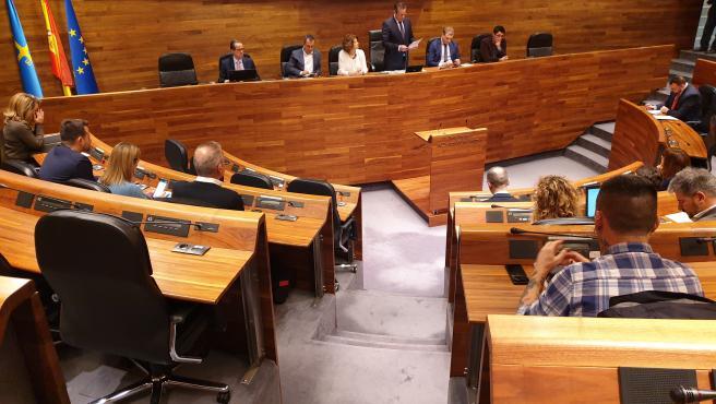 El presidente de la Junta General, Marcelino Marcos Líndez, da lectura a una declaración institucional en el parlamento asturiano