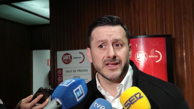 El secretario general de UGT en Asturias, Javier Fernández Lanero, atiende a los medios en la sede del sindicato en Oviedo.